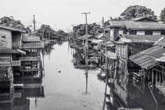 Vue de maison de bord de mer située près de la rivière à la campagne de la Thaïlande photographie stock libre de droits