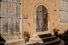 Vue de maison et de porte colorées avec des fleurs et des étapes, sur une rue de Lourmarin Photographie stock