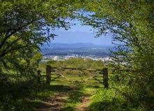 Vue de manière de Cotswold à travers les champs verts Images libres de droits