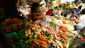 Vue de marché en plein air de produit frais en Pham Ngu Lao - Ho Chi Minh City (Saigon) clips vidéos
