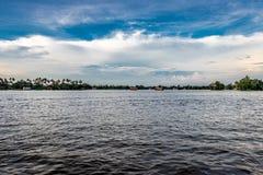 Vue de mare avec le ciel bleu et les nuages blancs image stock