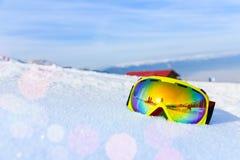 Vue de masque de ski avec la réflexion de la montagne Photos libres de droits
