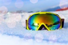Vue de masque de ski jaune sur la neige glaciale blanche Images libres de droits