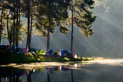 Vue de matin avec la réflexion et poutre au projet initiatique royal Pang Tong Pang Ung photo stock
