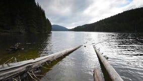 Vue de matin avec un lac de montagne clips vidéos