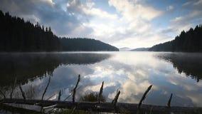 Vue de matin avec un lac de montagne banque de vidéos
