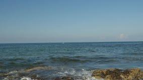 Vue de matin de beau jour d'été en Chypre Écument les vagues lisses ont battu sur les roches, eau propre, ligne claire d'horizon banque de vidéos