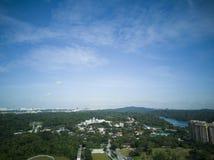 Vue de matin d'un secteur de banlieue avec un ciel bleu photographie stock