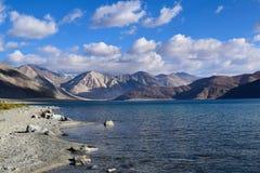 Vue de matin de lac Pangong avec la gamme de montagne himalyan à l'arrière-plan dans Leh photographie stock libre de droits