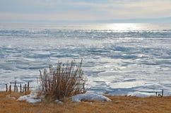 Vue de matin de l'hiver le lac Baïkal du cap Bolshoy Kadilniy photo libre de droits