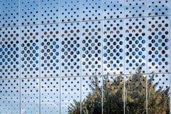 Vue de matin reflétant la surface moderne brillante de bâtiment sur le ciel bleu à l'arrière-plan Image stock