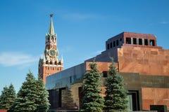 Vue de mausolée de Lénine et de tour de Spasskaya de Moscou Kremlin photographie stock libre de droits