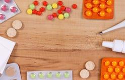 Vue de médicament et d'accessoires pour le traitement des froids, de la grippe et de liquide Photo libre de droits