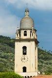 Vue de Menton de ville de la Riviera avec l'église Photo stock