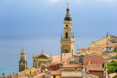 Vue de Menton de ville de la Riviera avec la mer et l'église Photo stock