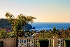 Vue de mer au coucher du soleil de la terrasse d'une villa en Luz Images stock