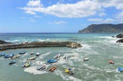 Vue de mer avec des bateaux en Cinque Terre, Italie Photos libres de droits
