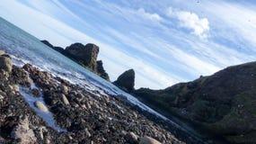 Vue de mer avec des falaises photographie stock libre de droits