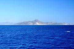 Vue de mer avec des montagnes Images stock