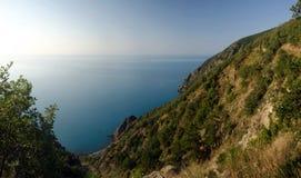 Vue de mer avec des montagnes Image stock