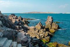 Vue de mer avec la falaise de roche Image stock