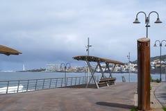 Vue de mer avec les bancs 2 Photo stock