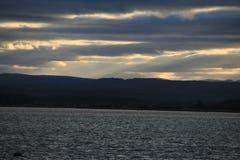 Vue de mer avec les collines des montagnes Images stock
