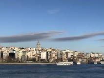 Vue de mer avec un bateau à vapeur et une ville images stock