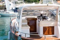 Vue de mer bleue avec le yacht Image stock