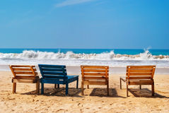 Vue de mer, chaises sur la plage, Mirissa, Sri Lanka Image stock