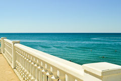 Vue de mer d'été avec la balustrade blanche classique Images stock