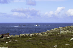 Vue de mer d'extrémité de terres vers le phare de drakkars Photo stock