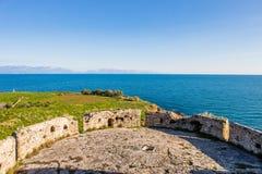 Vue de mer d'infini des murs de la forteresse de Koroni images libres de droits