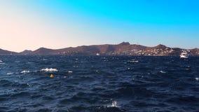 Vue de mer dans l'été dans le ciel méditerranéen et bleu, les montagnes et l'eau bleue propre avec les vagues lisses banque de vidéos