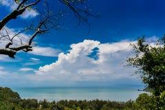 Vue de mer de la montagne avec le ciel nuageux Image libre de droits
