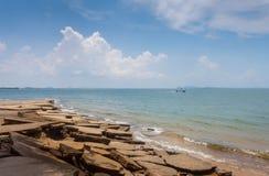 Vue de mer de plage de Susan Hoi (Shell Beach Cemetery fossile) dans Krabi T Images libres de droits
