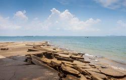 Vue de mer de plage de Susan Hoi (Shell Beach Cemetery fossile) dans Krabi T Photos stock