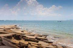 Vue de mer de plage de Susan Hoi (Shell Beach Cemetery fossile) dans Krabi T Photo stock