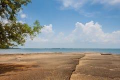 Vue de mer de plage de Susan Hoi (Shell Beach Cemetery fossile) dans Krabi T Images stock