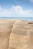 Vue de mer de plage de Susan Hoi (Shell Beach Cemetery fossile) dans Krabi T Photographie stock
