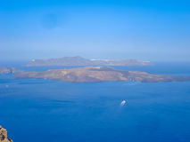 Vue de mer de Santorini avec beaucoup de bateaux de croisière Image libre de droits