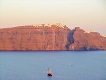 Vue de mer de Santorini avec beaucoup de bateaux de croisière Images stock