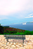 Vue de mer ionienne et d'un banc Photographie stock libre de droits