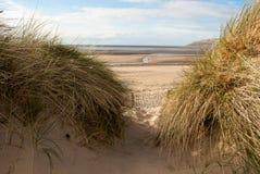 Vue de mer par des dunes de sable Image libre de droits