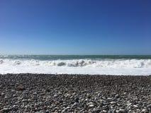 Vue de mer de plage de la Chypre Paphos avec le ciel ensoleillé la mer Méditerranée avec de petites vagues Plage d'été Course ext illustration libre de droits