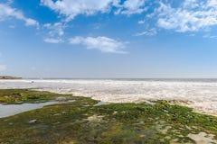 Vue de mer de plage tropicale avec le ciel ensoleillé, plage de paradis d'été d'île de Bali avec des nuages sur l'horizon photo stock