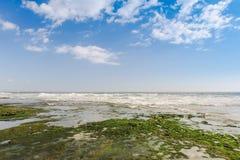 Vue de mer de plage tropicale avec le ciel ensoleillé, plage de paradis d'été d'île de Bali avec des nuages sur l'horizon images stock