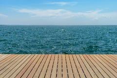 Vue de mer sur la jetée en bois photo libre de droits