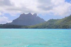 Vue de mer sur le bâti Otemanu sur l'île de Bora Bora photographie stock
