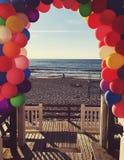 Vue de mer sur un coucher du soleil Ballons colorés Images libres de droits